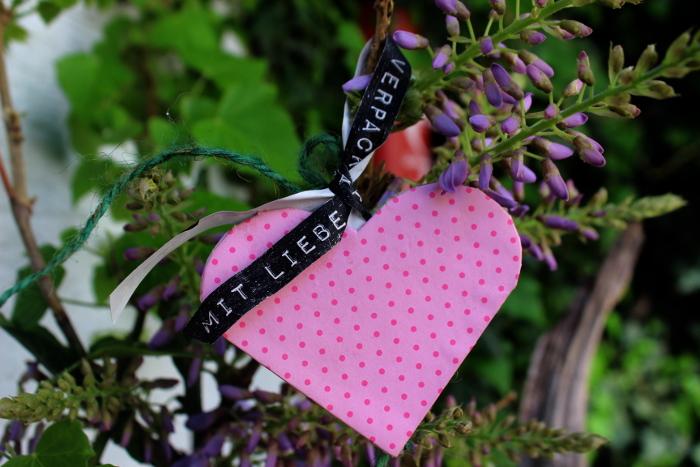 Leporello Herz DIY in einem Blauregenbusch